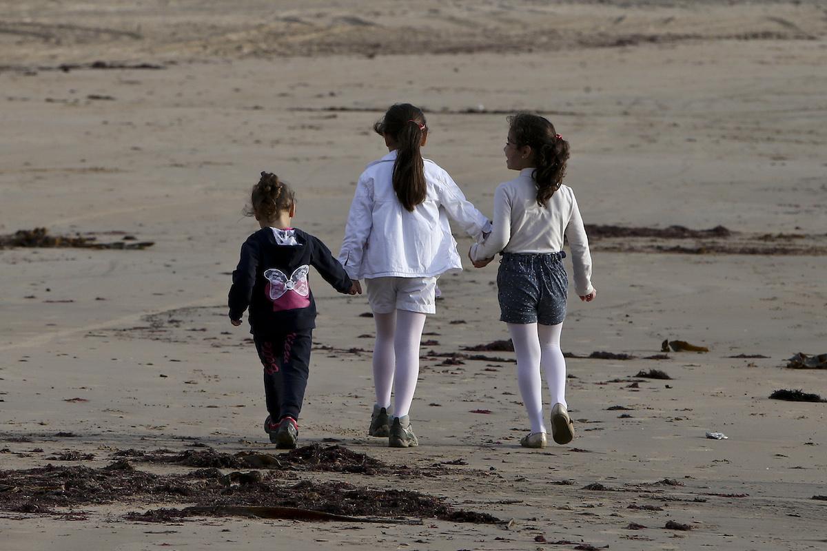 """As filhas do refugiado sírio Ali Alkhamis, Dima Alkhamis, 9 anos (C), Inas Alkhamis, 7 anos (D), e Rimas Alkhamis, 4 anos, durante uma entrevista com a família em São Martinho do Porto, 8 de novembro de 2015. Da cidade de Reka, na Síria, a São Martinho do Porto, são quase 6 mil quilómetros por estrada, mas Ali, a mulher e as três filhas percorreram muito mais, arriscando a vida diariamente até chegarem ao país onde encontraram """"uma grande família"""". JOÃO RELVAS/LUSA"""