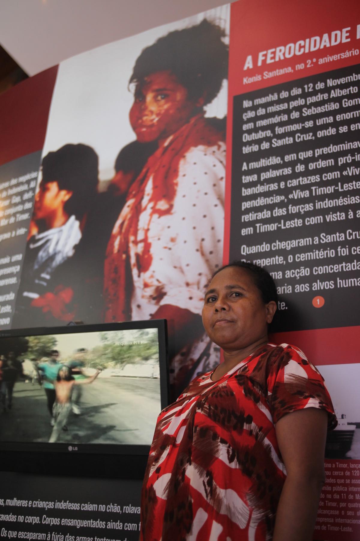 Zeferina dos Santos, sobrevivente do massacre de 12 de novembro de 1991, que levou mais de 250 timorenses (e o neozelandês Kamal Bamadhaj), da ocupação da Indonésia de Timor-Leste, posa junto à imagem dela tirada pelo jornalista inglês Max Stahl, que tornou-se um dos retratos mais poderosos do massacre de Santa Cruz, no Arquivo e Museu da Resistência Timorense (ARMT) em Díli, Timor-Leste, 11 de novembro de 2015. ANTÓNIO SAMPAIO/LUSA