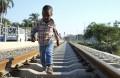 Uma criança caminha na linha de caminho de ferro de Benguela. Imagem captada dia 11 de maio de 2015 em Benguela e divulgada dia 5 de novembro de 2015.  PAULO CUNHA/LUSA