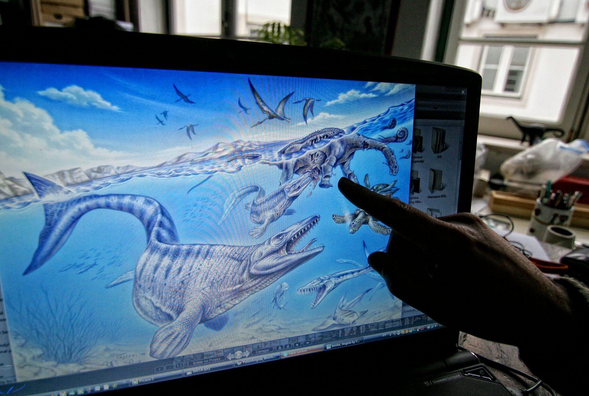"""O paleontólogo português Octávio Mateus mostra uma representação gráfica do dinossauro descoberto em Angola e considerada uma nova espécie para a ciência a que deu o nome de """"Angolatitan Adamastor"""", na Lourinhã, 16 de março de 2011. MARIO CALDEIRA / LUSA"""