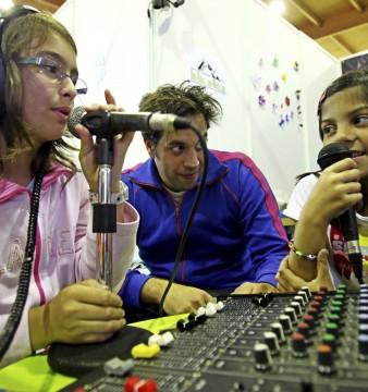 """Uma jovem durante a gravação do programa """"uma rádio com muita lata"""" 17 de maio de 2010. PAULO NOVAIS/LUSA"""