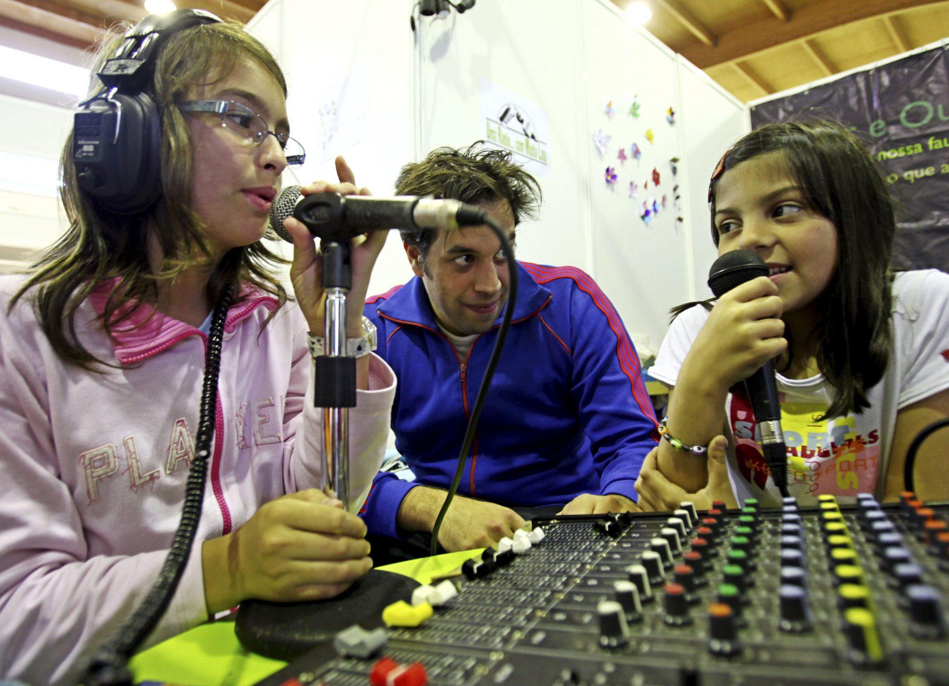 """Uma jovem durante a gravação do programa """"uma rádio com muita lata"""" para falar do ambiente e sensibilizar cada domingo os seus ouvintes através da Rádio Universidade de Coimbra e da Lousã FM, em Coimbra, 17 de maio de 2010. PAULO NOVAIS/LUSA"""