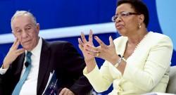 """Marcelo Rebelo de Sousa (E) acompanhado por Graça Machel durante o 1.º Grande Fórum Mozefo """"Um Desafio ao Futuro"""" em Maputo, Moçambique, 02 de dezembro de 2015. ANTÓNIO SILVA/LUSA"""