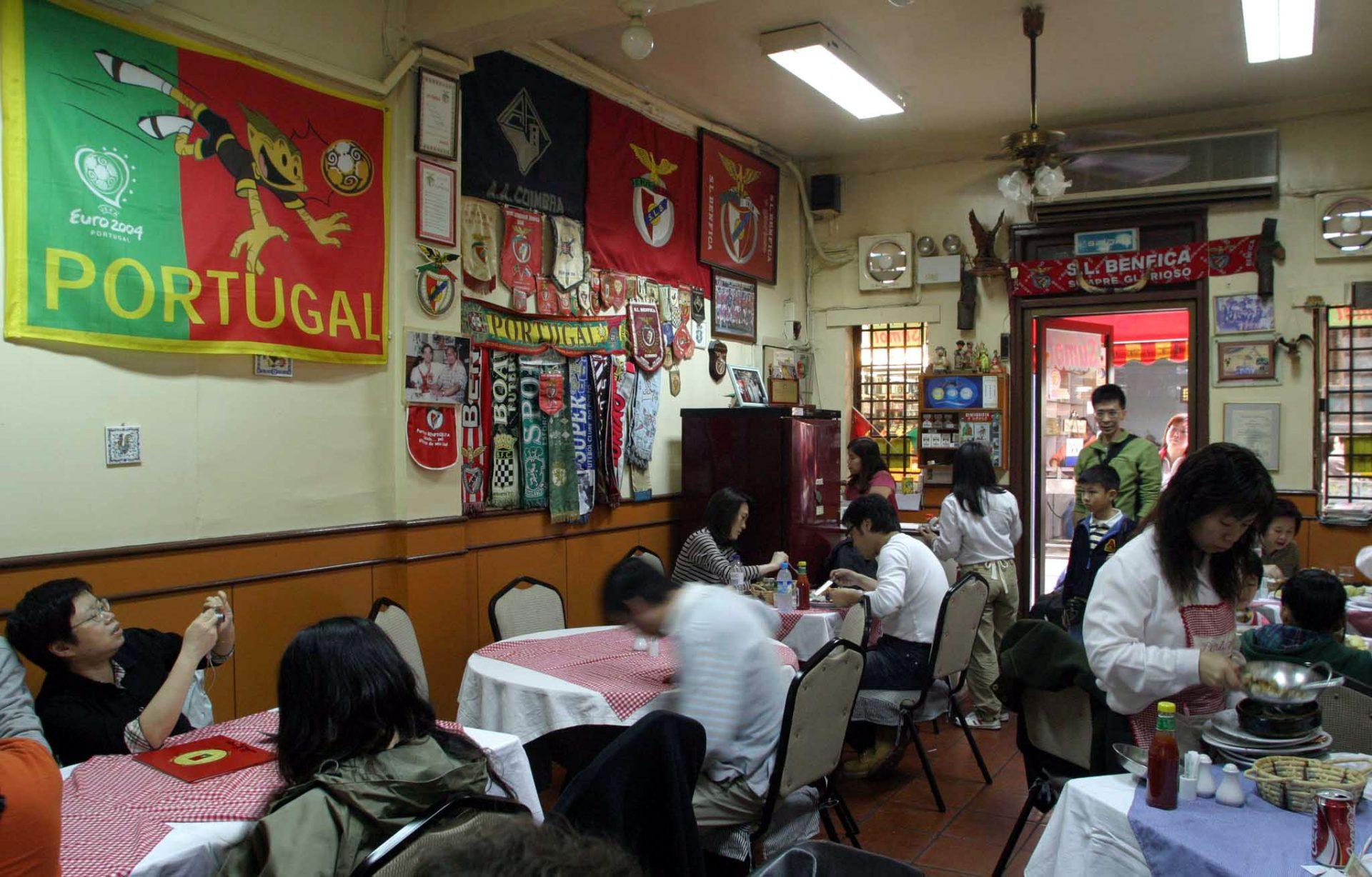 """Do Alentejo para Macau, o marinheiro """"Santos"""" divulga os sabores da gastronomia portuguesa ha mais de 15 anos na principal rua do centro historico da ilha da Taipa, em Macau. 10/04/2005 . CARMO CORREIA/LUSA"""