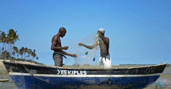 Pescadores da aldeia da Maganja, no norte de Moçambique, preparam as suas redes para a pesca, 16 de março de 2015. EMANUEL PEREIRA/LUSA