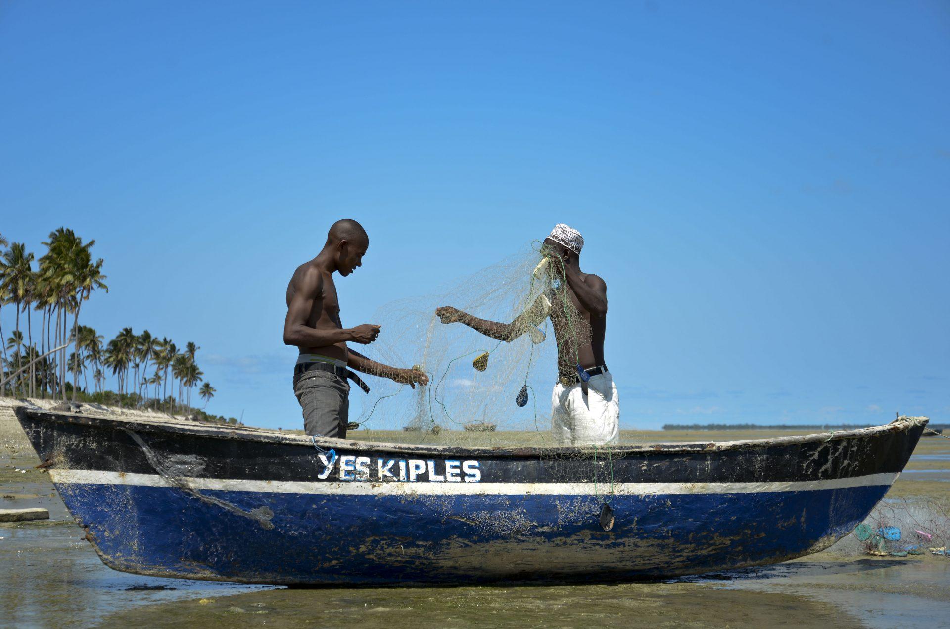 """Pescadores da aldeia da Maganja, no norte de Moçambique, preparam as suas redes para a pesca, 16 de março de 2015. A comunidade de pescadores da aldeia de Maganja vive dias de incerteza desde que foi informada que """"o mar vai fechar"""", por causa da instalação de um megaprojeto de processamento de gás natural. EMANUEL PEREIRA/LUSA"""