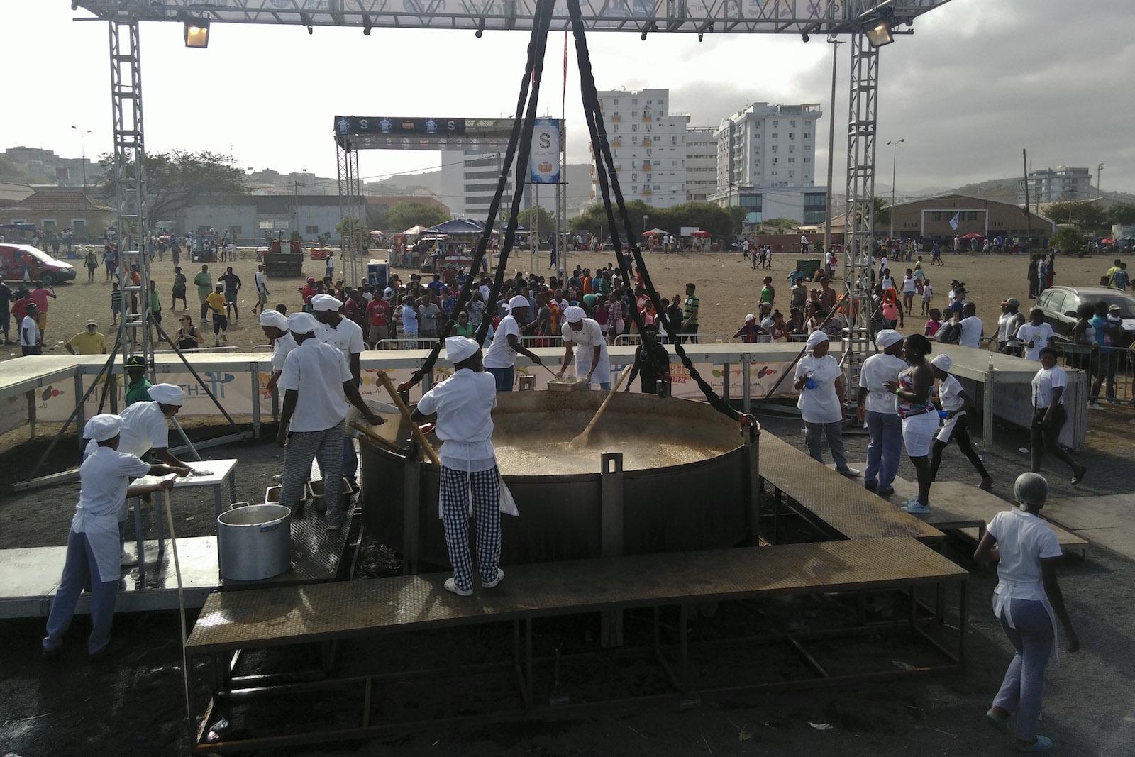 "A ""Maior cachupa do mundo"" – 5.000 quilogramas de cachupa, prato típico de Cabo Verde, na Cidade da Praia, Cabo Verde, 12 de julho de 2015. JOSÉ SOUSA DIAS/LUSA"