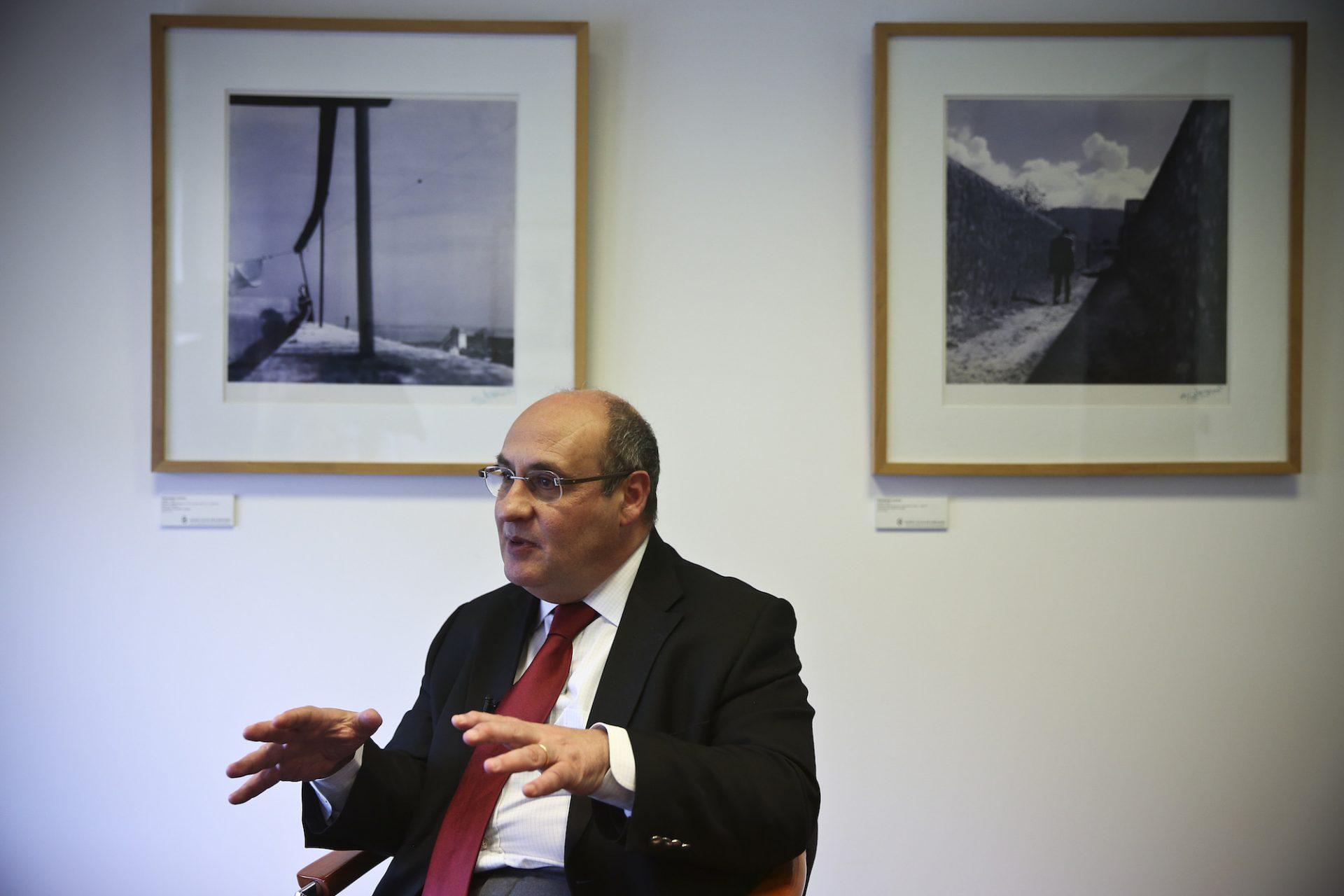 """O antigo comissário europeu para os Assuntos Internos e Justiça, António Vitorino, considera um """"sinal positivo"""" a decisão dos líderes europeus de triplicarem o orçamento da missão para patrulhamento no Mediterrâneo, mas considera-a """"uma meia resposta"""", Lisboa, 24 de abril de 2015. ANDRÉ KOSTERS/LUSA"""