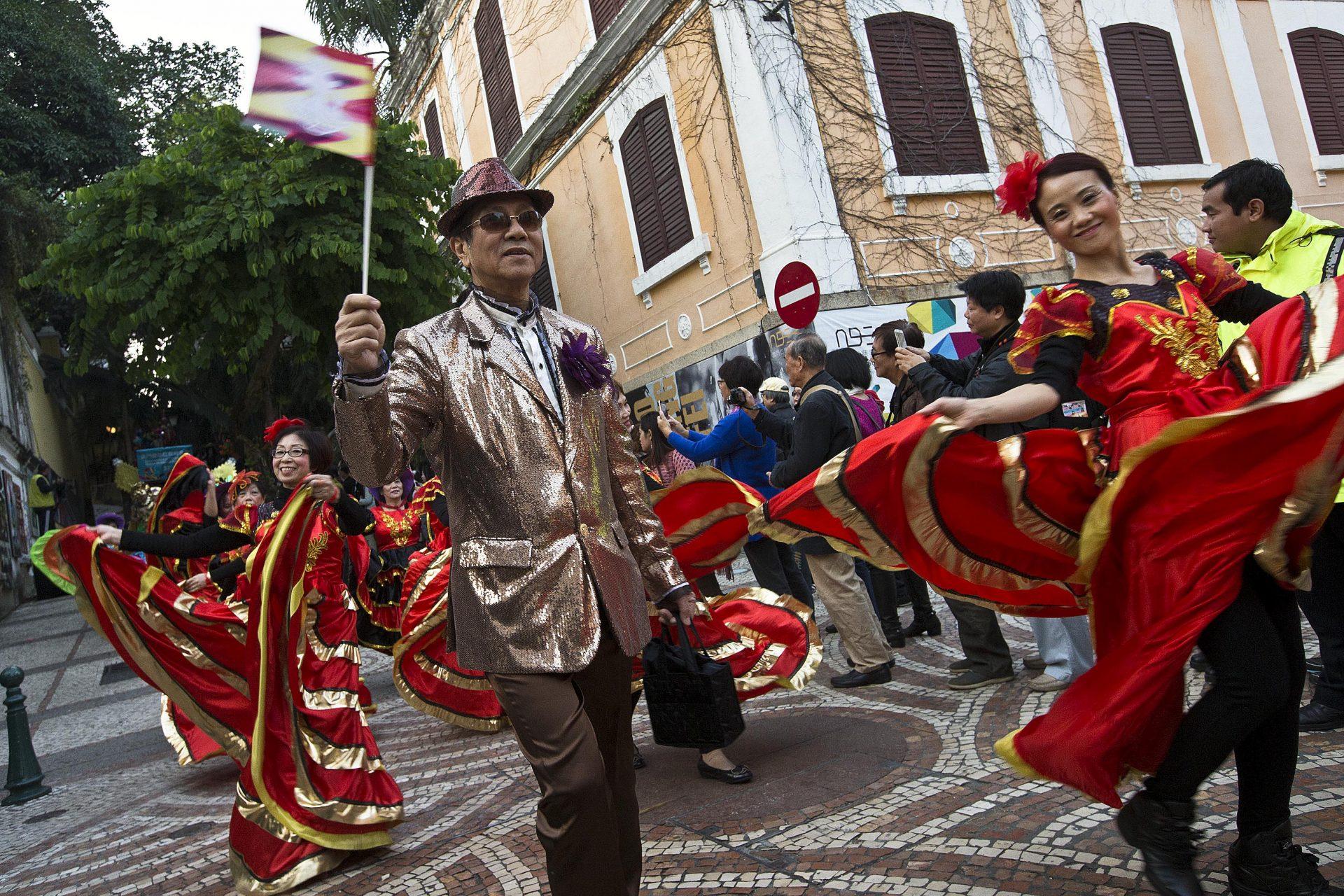 """Centenas de figurantes desfilam pelas ruas de Macau integrados no """"Desfile por Macau, Cidade Latina"""" que celebrou os 15 anos da transferência de poderes de Portugal para a China. 14 de Dezembro de 2014, Macau. CARMO CORREIA/LUSA"""