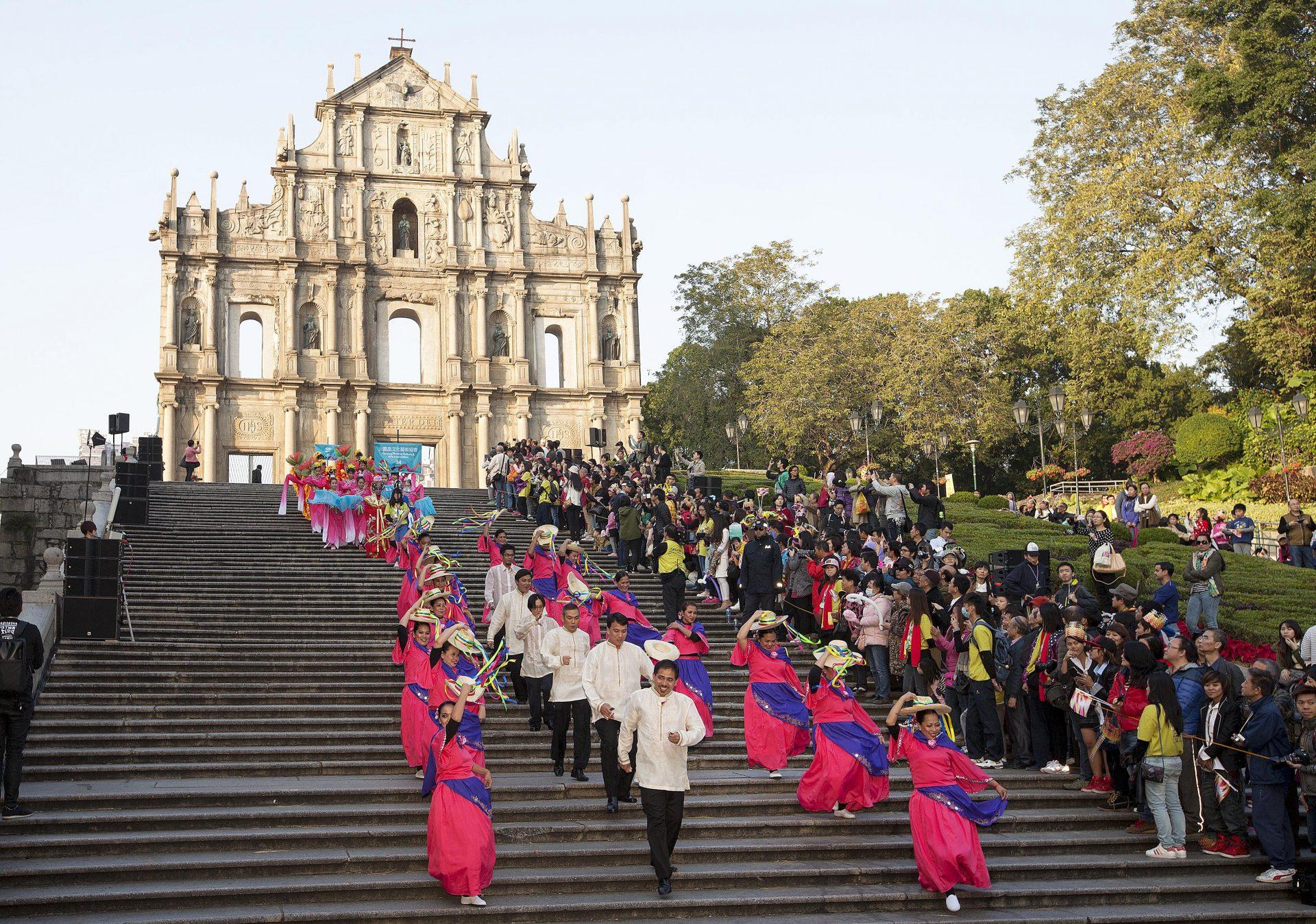 """Centenas de figurantes desfilaram hoje pelas ruas de Macau integrados no """"Desfile por Macau, Cidade Latina"""" que celebrou os 15 anos da transferência de poderes de Portugal para a China. 14 de Dezembro de 2014, Macau. CARMO CORREIA/LUSA"""