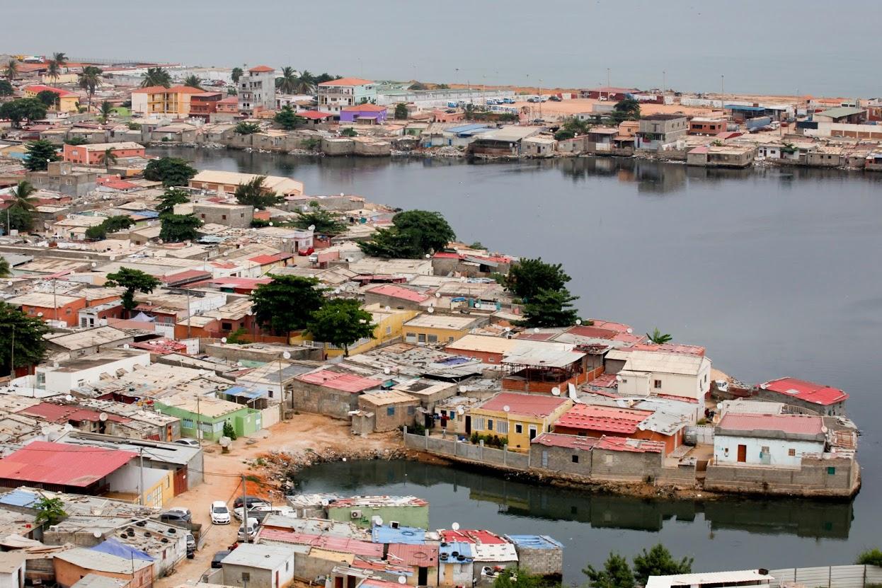 Vista do musseque da Praia do Bispo que se estende até à cidade de Luanda, 2 novembro de 2015. Luanda é a capital de Angola, tem cerca de 6 milhões de habitantes a maior parte da população vive em bairros periféricos à cidade que é uma das cidades mais caras do mundo. PAULO CUNHA/LUSA