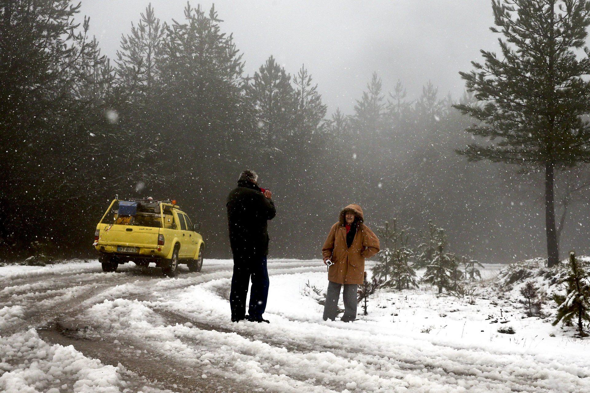 Um casal tira fotos durante um nevão no ponto mais alto da Serra da Lousã, Trevim, coberto de neve, naquele que é o primeiro nevão deste Inverno, Lousã, 5 de janeiro de 2016. PAULO NOVAIS/LUSA