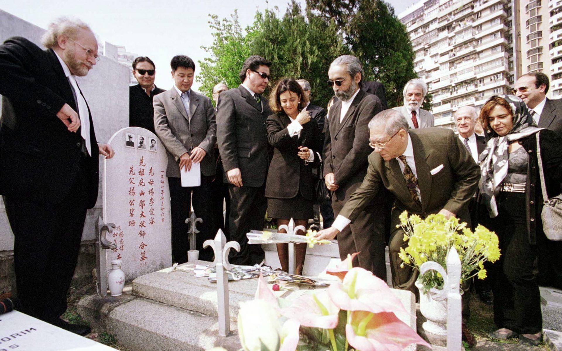 Homenagem ao poeta português Camilo Pessanha, que morreu em Macau, e que se encontra enterrado no cemitério de S. Miguel Arcanjo, em Macau. 01/03/1999. FOTO LIM CHOI/LUSA