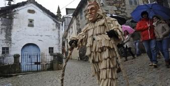 Folião com máscara de madeira e roupa colorida durante o tradicional carnaval na Vila de Lazarim, Lamego, 9 de fevereiro de 2016. OCTÁVIO PASSOS/LUSA