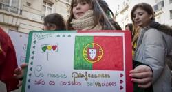 Uma criança exibe um cartaz durante uma manifestação do Coletivo para a Defesa do Ensino do Português no Estrangeiro,  junto à embaixada de Portugal em Paris. 14 de janeiro de 2012. REMI-PIERRE RIBIERE/LUSA