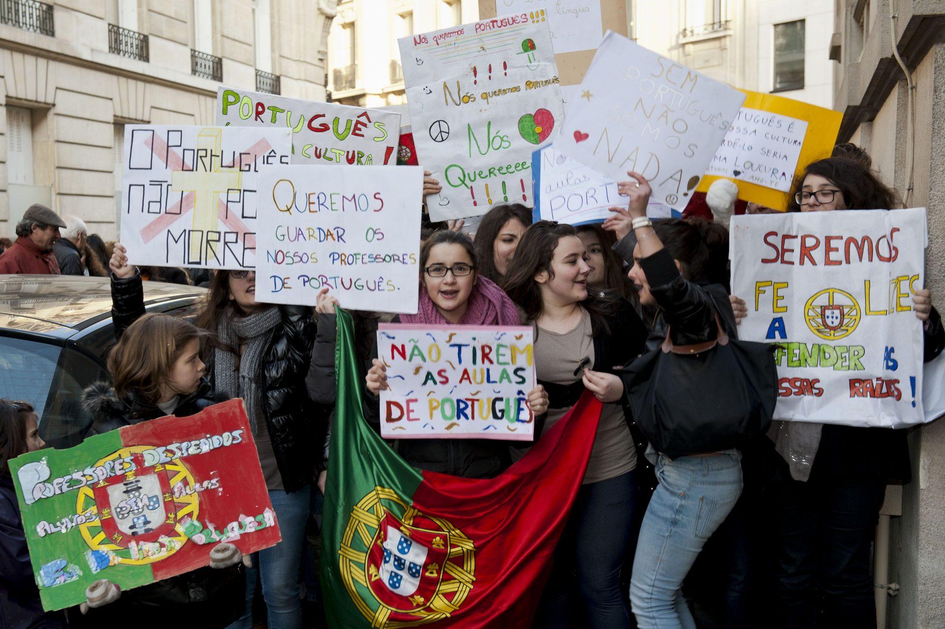 Crianças exibem cartazes durante uma manifestação do Coletivo para a Defesa do Ensino do Português no Estrangeiro, esta tarde junto à embaixada de Portugal em Paris. 14 de janeiro de 2012. REMI-PIERRE RIBIERE/LUSA