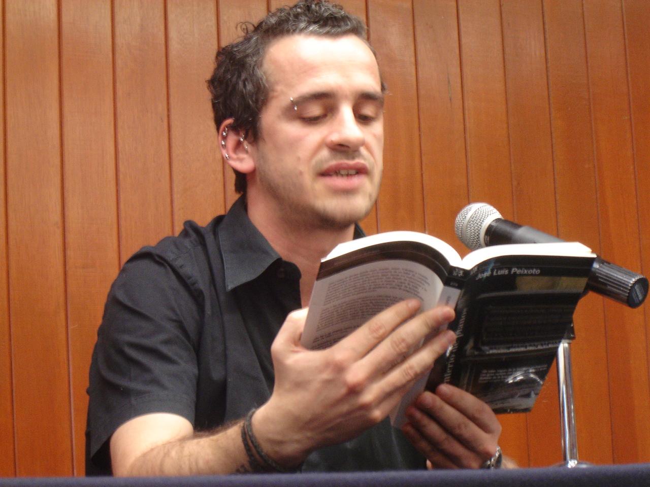 Fotografia do escritor José Luis Peixoto numa leitura da Faculdade de Filosofia e Letras da UNAM, na Cidade do México