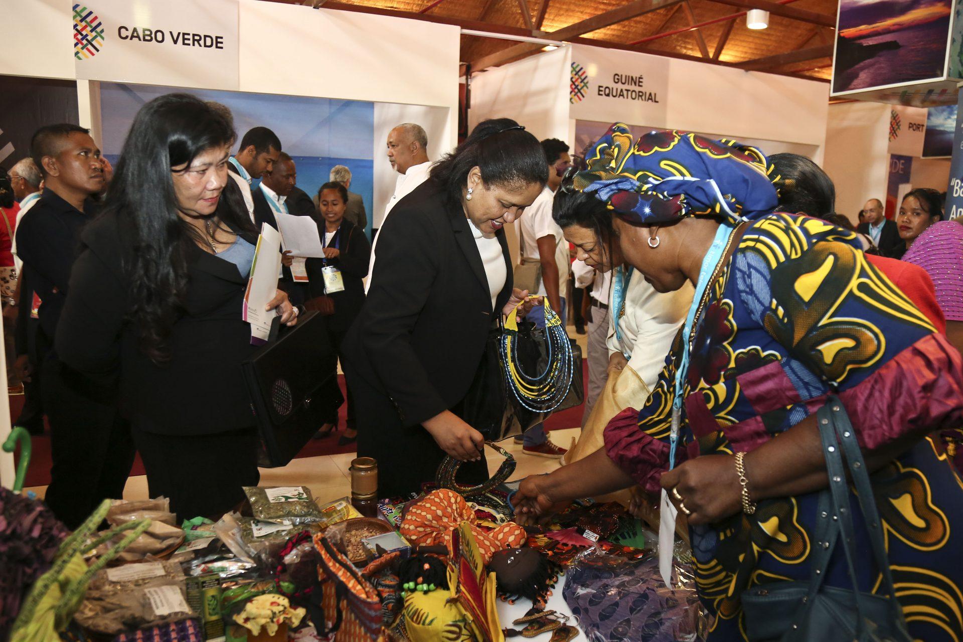 Um dos expositores no mercado municipal de Dili, agora Centro de Convenções de Díli onde decorre o encontro empresarial da lusofonia, Ásia e Pacífico, com centenas de empresários de mais de 25 países, Dili, Timor-Leste, 25 de fevereiro 2016. BERNARDINO SOARES/LUSA