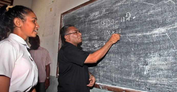 Foto LUSA: O Primeiro Ministro de  Timor-Leste, Rui Maria de Araujo de visita a uma escola. 08 de junho de 2015 .EPA/ANTONIO DASIPARU