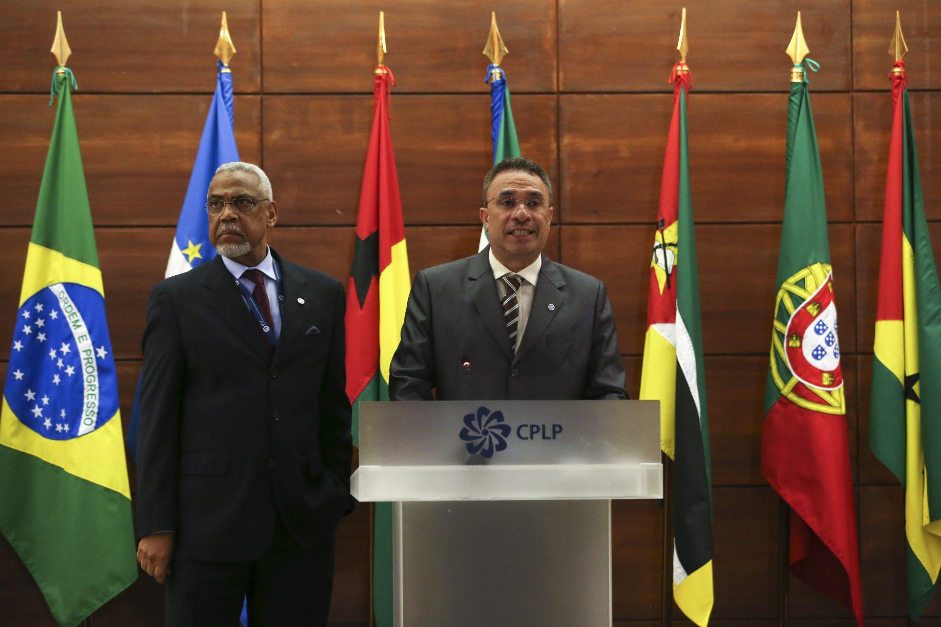 Hernani Coelho (D), ministro dos Negócios Estrangeiros de Timor-Leste e o secretário-geral da Comunidade de Países de Língua Portuguesa (CPLP), Murade Murargy (E), durante a XIV Reunião Extraordinária do Conselho de Ministros da CPLP, na sede da CPLP, em Lisboa, 17 de março de 2016. MANUEL DE ALMEIDA/LUSA