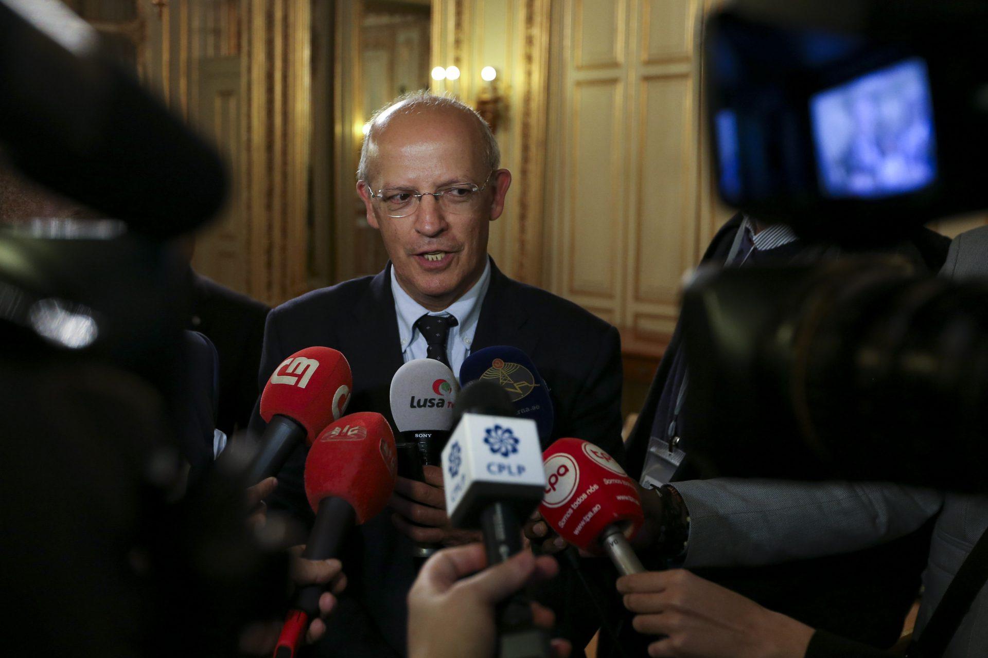 O ministro dos Negócios Estrangeiros, Augusto Santos Silva, fala aos jornalsitas no final da XIV Reunião Extraordinária do Conselho de Ministros da CPLP, na sede da CPLP, em Lisboa, 17 de março de 2016. MANUEL DE ALMEIDA/LUSA