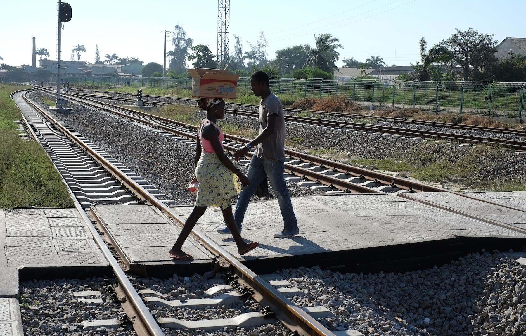 Populares cruzam a linha de caminho de Ferro de Benguela, 11 maio 2015 em Benguela, a cerca de 660 Km a Sul de Luanda, capital de Angola. PAULO CUNHA/LUSA