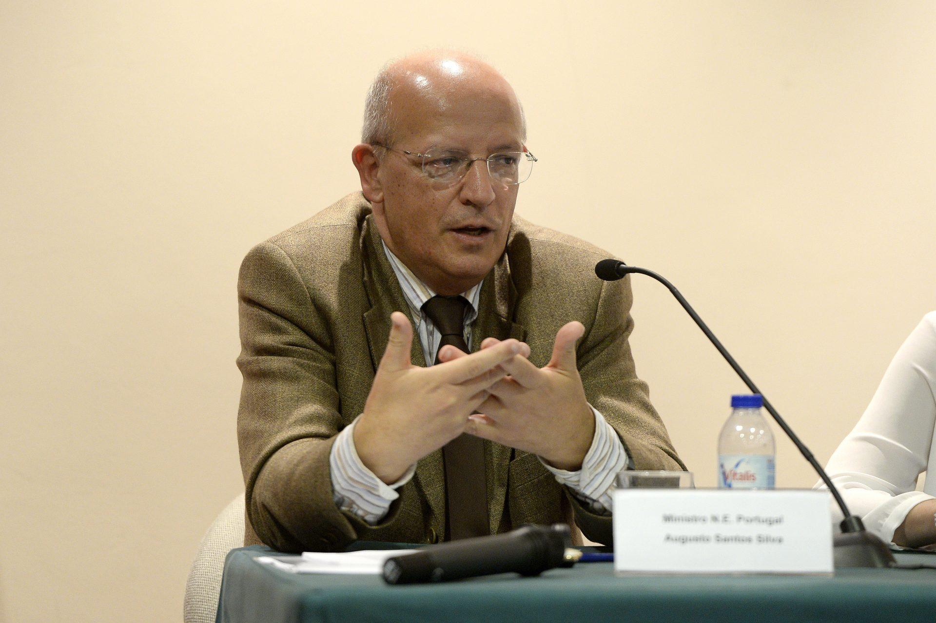"""O ministro dos Negócios Estrangeiros, Augusto Santos Silva, participa no debate """"O Futuro da CPLP"""" que decorreu no Porto, 12 de março de 2016. FERNANDO VELUDO / LUSA"""