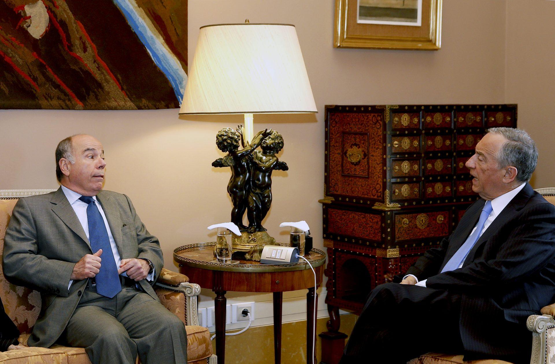 O Presidente da República de Portugal, Marcelo Rebelo de Sousa (D), conversa com o ministro das Relações Exteriores do Brasil, o embaixador Mauro Vieira (E), durante uma audiência no palácio de Belém em Lisboa, 16 de março de 2016. TIAGO PETINGA/LUSA