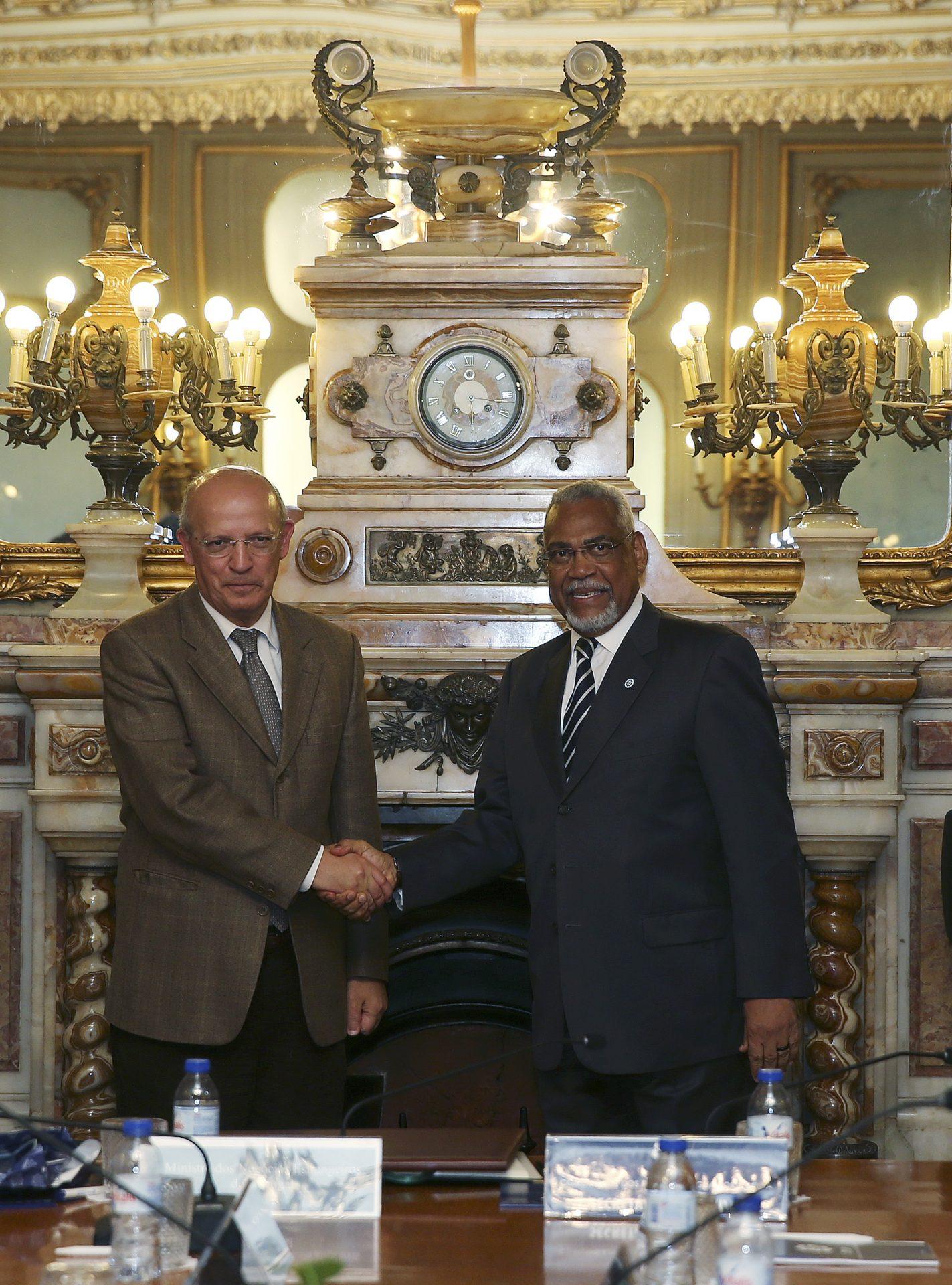 O ministro dos Negócios Estrangeiros de Portugal, Augusto Santos Silva, cumprimenta o secretário Executivo da CPLP, embaixador Murade Murargy (D) durante uma visita à sede da CPLP, 07 de dezembro de 2015, em Lisboa. INÁCIO ROSA/LUSA
