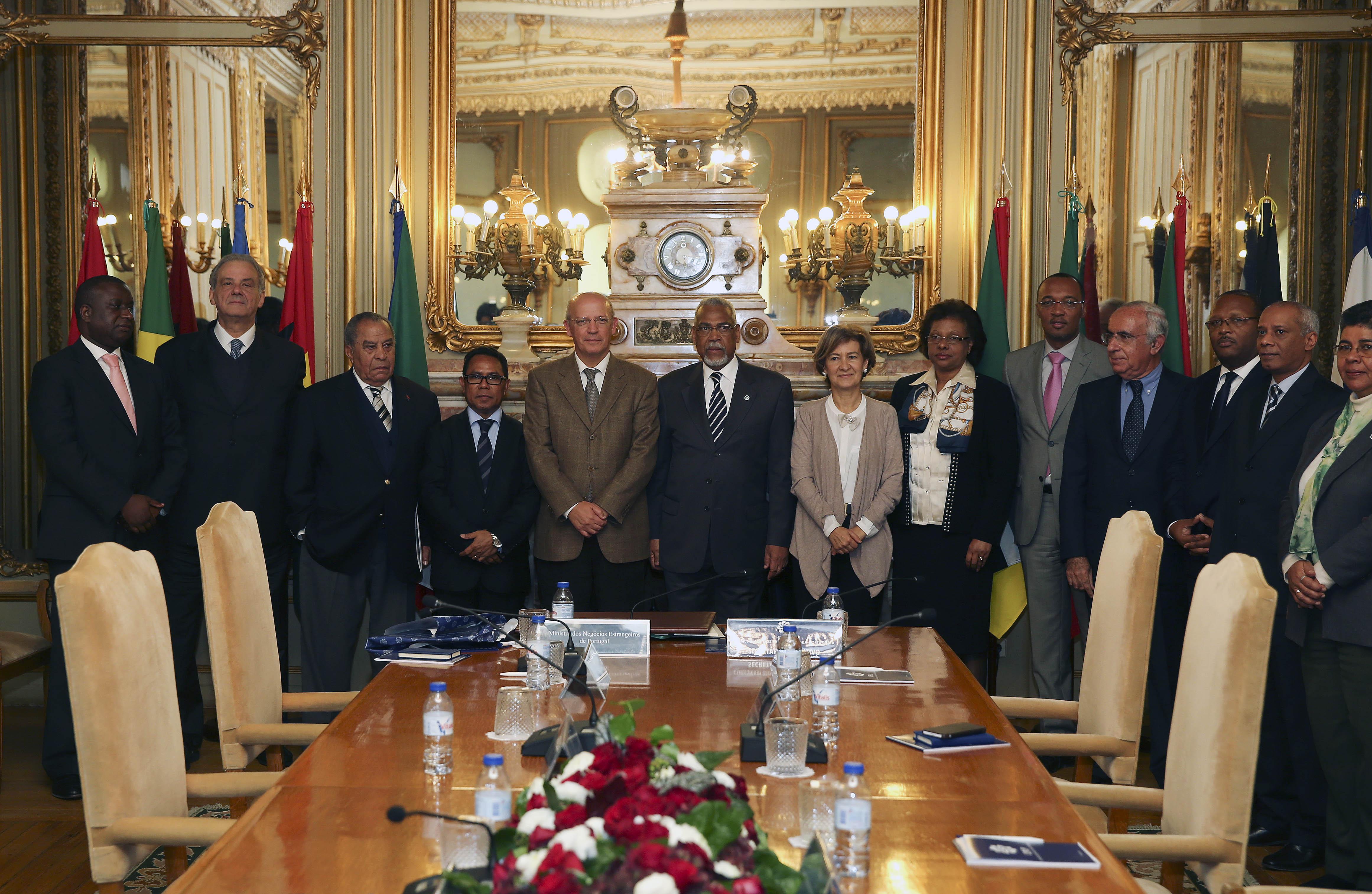 O ministro dos Negócios Estrangeiros de Portugal, Augusto Santos Silva, acompanhado pelo secretário Executivo, embaixador Murade Murargy e pelos embaixadores da CPLP durante uma visita à sede da CPLP, 07 de dezembro de 2015, em Lisboa. INÁCIO ROSA/LUSA