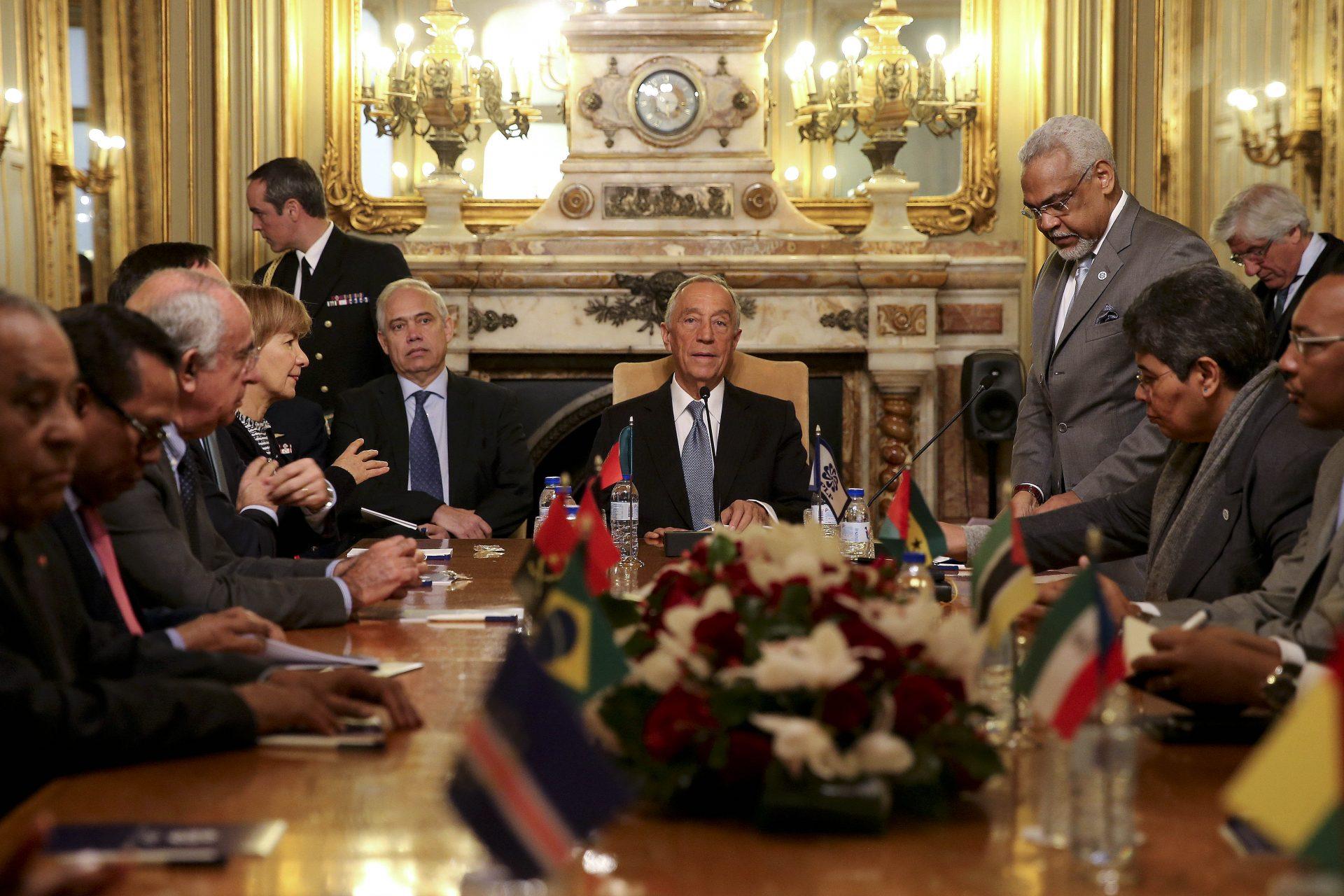 O Presidente da República, Marcelo Rebelo de Sousa (C), durante a visita à sede da Comunidade dos Países de Língua Portuguesa (CPLP) em Lisboa, 14 de março de 2016. JOÃO RELVAS / LUSA