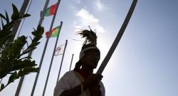 Um guarda-presidencial junto do Palácio Presidencial com bandeiras de paises de lingua portuguesa, em Dili, Timor-Leste, 22 de julho de 2014. Dili recebe a X conferência de Chefes de Estado e de Governo da CPLP. PAULO NOVAIS/LUSA