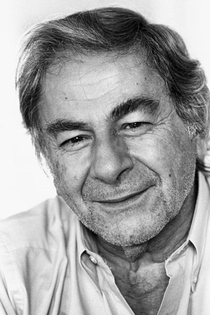 Raduan Nassar (Pindorama, 27 de novembro de 1935) é um escritor brasileiro, filho de imigrantes libaneses.