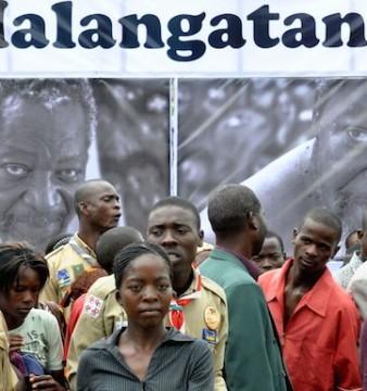 Populares assistem ao fúneral do pintor moçambicano, Malangatana, em Matalane, 14 de janeiro de 2011, Moçambique. ANTONIO SILVA / LUSA