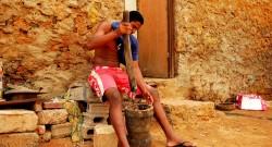 Foto de Zé Pinho (FLICKR): Aires moendo o milho para a cachupa em Sal Rei, Ilha da Boavista, Cabo Verde.
