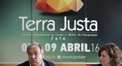 """O ex-Alto Comissário das Nações Unidas para os Refugiados (ACNUR), António Guterres (E), participa numa conversa de café """"Uma Ca(u)sa para o Mundo"""".OCTÁVIO PASSOS/LUSA"""