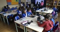 Alunos da escola Basica de Ferrel durante uma aula na sala do Futuro. A sala encontra-se equipada com uma mesa digital táctil, tablets, dispositivos móveis interactivos de resposta para os alunos, visualizador 3D interactivo, ecrã táctil, entre outros dispositivos móveis para alunos e professores. 11 de abril de 2016. MIGUEL A. LOPES/LUSA
