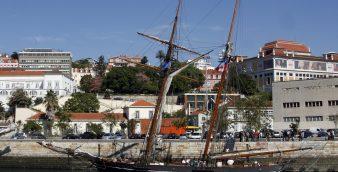 """O navio """"Amistad"""" recorda 200 anos da abolição da escravatura, réplica da embarcação espanhola utilizada no tráfico de escravos atracado em Lisboa, aberto ao público até 03 de Nov, na Rocha de Conde de Óbidos, 13 de Ourtubro de 2007, Lisboa.   INACIO ROSA/LUSA"""