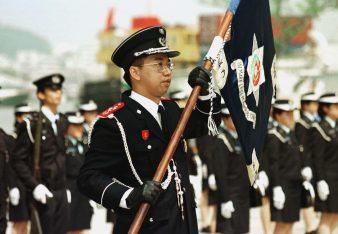 O Comandante da Polícia Marítima Fiscal (PMF), Choi Lai Hang, com o Estandarte da Corporação durante a sua tomada de posse, tornado-se no primeiro comandante da PMF nascido em Macau desde 1868, data em que a Corporação foi fundada. FOTO WONG SANG/LUSA