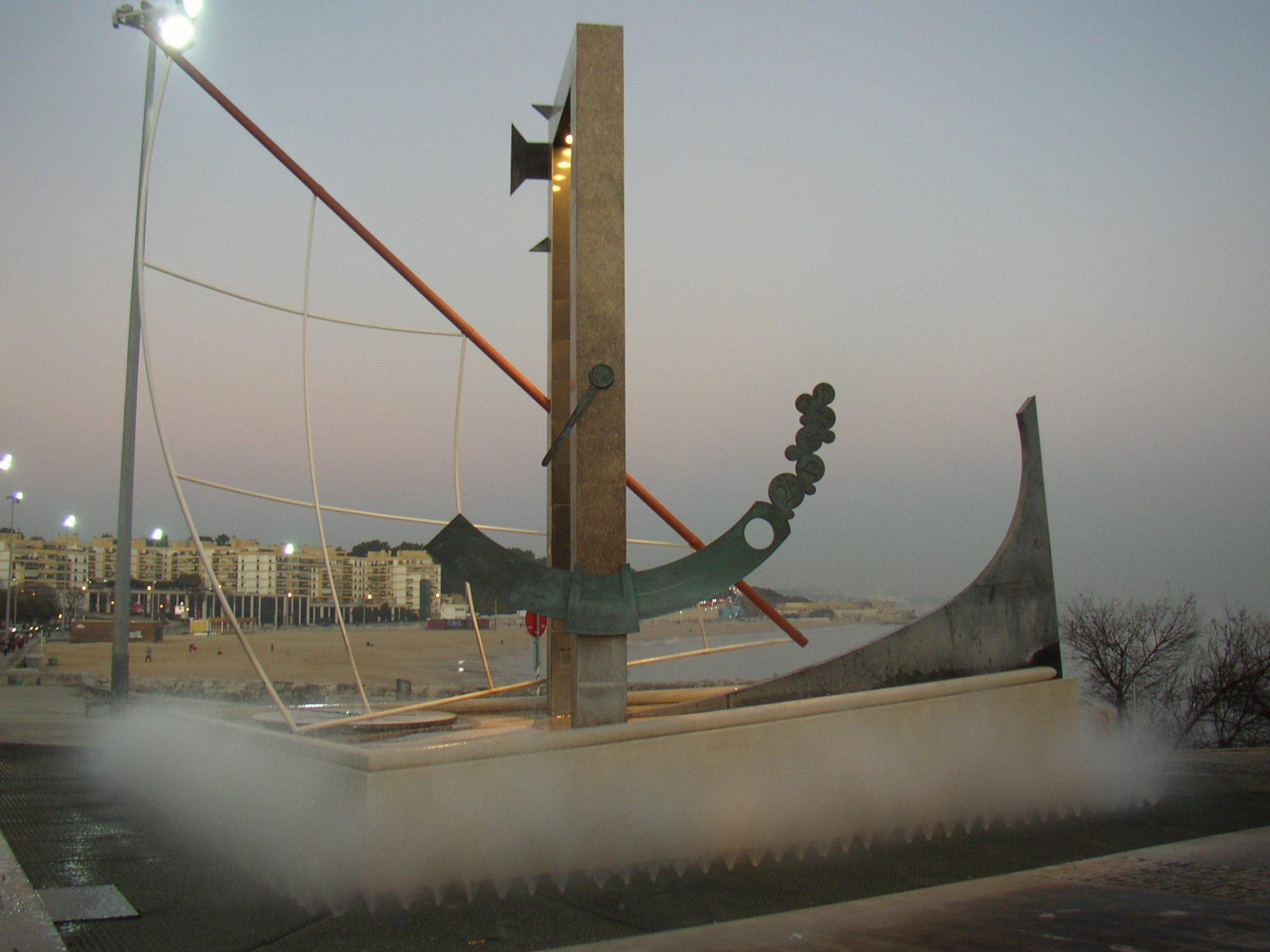 À porta do mar - Nave visionista, obra pública em Oeiras de Luís Vieira-Baptista que pretende invocar as aventuras portuguesas no plano das descobertas e no plano cientifico.