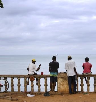 Crianças de São Tomé e Príncipe na marginal da cidade de São Tomé, 06 de outubro de 2014. ANDRE KOSTERS / LUSA