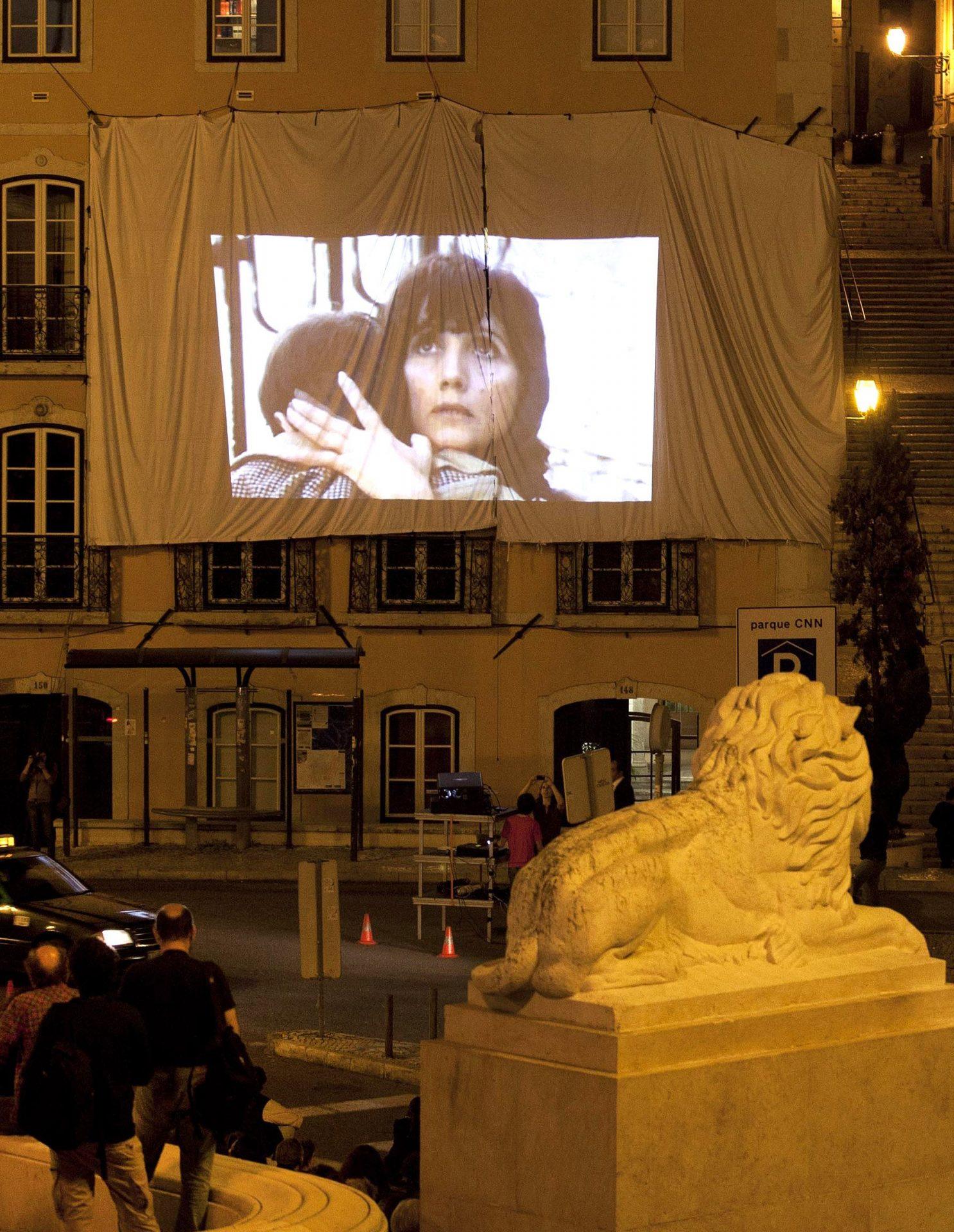 Profissionais dos espetáculo assistem a um filme sobre os 100 anos do cinema português em frente à Assembleia da República, Lisboa, 9 de maio de 2012.  ANTONIO COTRIM/LUSA