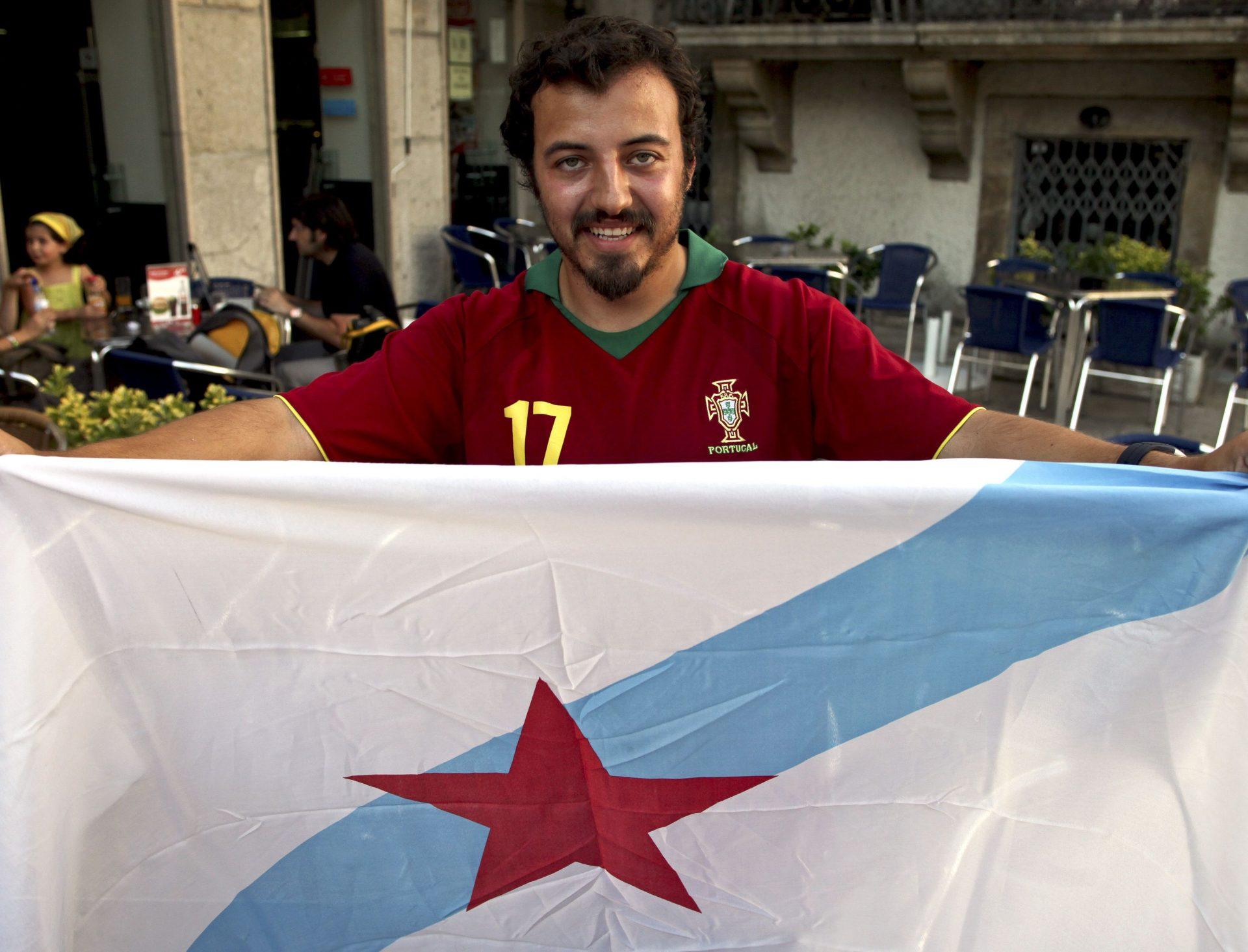 Um galego com a camisola de Portugal segura na bandeira da Galiza. Valença, 29 Junho 2010. JOSE COELHO/LUSA
