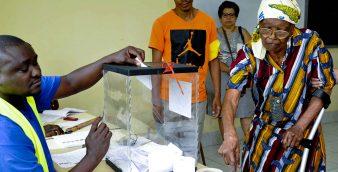 Uma idosa são tomense, exerce o seu direito de voto para as eleições presidenciais de São tomé e Príncipe, em São Tomé, 17 de julho de 2016. LOURENÇO DA SILVA/LUSA