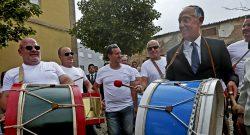 O Presidente da República, Marcelo Rebelo de Sousa (D), toca um bombo à chegada a Alfândega da Fé, Bragança, 5 de julho de 2016. JOSÉ COELHO/LUSA