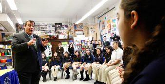 O Governador Chris Christie visitou a Ann Street School, no bairro do Ironbound, em Newark, onde mais de 40% dos alunos matriculados falam o português