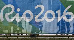 Atletas dirigem-se para o recinto da cerimónia de Hastear da Bandeira de Portugal na Aldeia dos Atletas, na Zona Internacional da Aldeia Olímpica, a um dia da cerimónia de aberrtura dos Jogos Olímpicos RIO2016 no Rio de Janeiro, Brasil, 04 de agosto de 2016. INÁCIO ROSA/LUSA