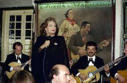 """ActuaÁ""""o de Am·lia Rodrigues no anivers·rio da casa de fados  Adega Machado, em Lisboa, a 18 de marÁo de 1994. Jo""""o Paulo Trindade / Lusa"""