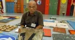 O artista angolano Antonio Ole. Museu em Duesseldorf, Alemanha, 19 de julho de 2004. EPA/Horst Ossinger