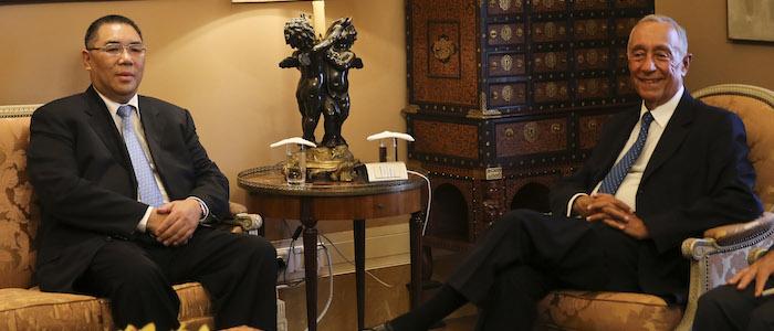 O Chefe do Executivo de Macau, Fernando Chui Sai On (E), acompanhado pelo Presidente da República, Marcelo Rebelo de Sousa, durante um encontro no Palacio de Belém, em Lisboa, 12 de Setembro de 2016. JOÃO RELVAS / LUSA